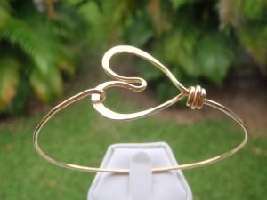 hand hammered gold heart bracelet